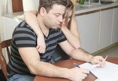 Männer mit finanzieller Belastung zu Hause lizenzfreie stockbilder