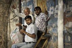Männer mit Handys Stockfoto