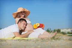 Männer mit schwangerer Frau Stockfoto