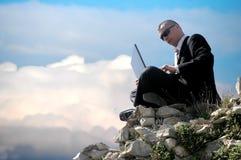 Männer mit seinem Laptop Lizenzfreie Stockfotos