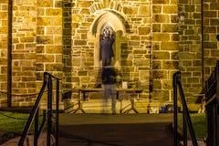 Männer reapiring historisches Kirchenfenster in Donegal-Stadt - Irland stockbilder