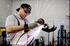 Männer an reibendem Stahl der Arbeit Lizenzfreie Stockfotografie