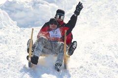 Männer reiten traditionellen Hornschlitten in Grindelwald, die Schweiz lizenzfreie stockfotos