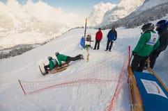 Männer reiten traditionellen Hornschlitten am 12. jährlichen Horn-Schlitten-Rennen von Alpiglen zu Grund in Grindelwald, die Schw lizenzfreies stockfoto