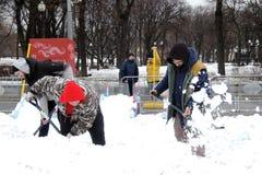 Männer säubern die Stadt nach extremen Schneefällen in Moskau stockbild