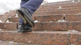 Männer ` s Beine laufen herauf die Granitleiter im Winter Sport, Herz Gesundes Lebenkonzept 60 fps stock video footage