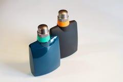 Männer ` s, Frauen ` s Parfüm lokalisiert auf weißem Hintergrund Stockbild