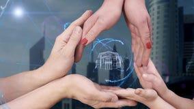 Männer ` s, Frauen ` s und Kind-` s Hände zeigen ein Haus des Hologramms 3D stock video