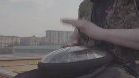 Männer ` s Hände auf Hintergrund des Horizontes stock video footage