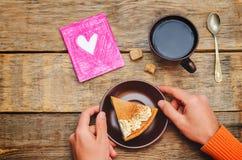 Männer ` s Hände halten eine Platte mit Kuchen für Valentinsgruß ` s Tag lizenzfreies stockbild