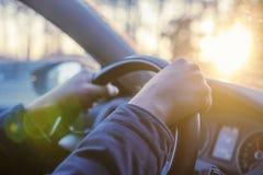 Männer ` s Hände halten Lenk-wheeln der Autonahaufnahme Der Mann fährt das Auto vom Innere Stockfoto