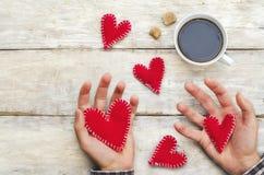 Männer ` s Hände halten Spielzeugherzen für Valentinsgruß ` s Tag stockfotografie