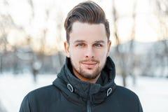 Männer ` s hübsches Gesicht mit dem Haar und Bart am sonnigen Tag des Winters lizenzfreie stockbilder