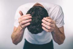 Männer ` s Haar ist eine Draufsichtnahaufnahme Arche-haariger Mann graues Haar und Schuppen stockbilder