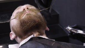 Männer ` s Hairstyling und Haircutting in einem Friseursalon oder in einem Friseursalon stock footage