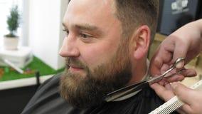 Männer ` s Hairstyling und Haircutting in einem Friseursalon oder in einem Friseursalon Pflegen des Haares friseursalon Mannfrise stock video footage