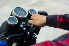 Männer ` s Handanfang, den das Motorrad befestigt Stockfoto
