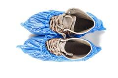 Männer ` s Schuhe in den Schuhabdeckungen stockfotos