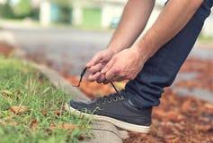 Männer ` s Schuhe, die Spitzee binden lizenzfreie stockfotografie