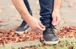 Männer ` s Schuhe, die Spitzee binden stockbilder