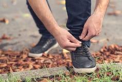 Männer ` s Schuhe, die Spitzee binden lizenzfreie stockbilder