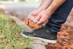 Männer ` s Schuhe, die Spitzee binden stockfoto