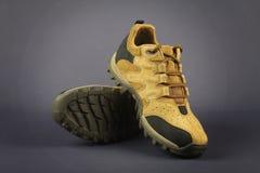 Männer ` s Schuhe lokalisiert auf Grau Lizenzfreies Stockbild