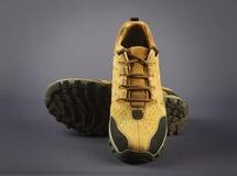 Männer ` s Schuhe lokalisiert auf Grau Stockbilder