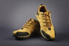 Männer ` s Schuhe lokalisiert auf Grau Stockfoto