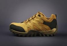 Männer ` s Schuhe lokalisiert auf Grau Lizenzfreies Stockfoto