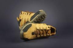 Männer ` s Schuhe lokalisiert auf Grau Stockfotografie