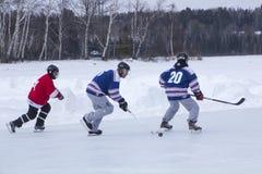 Männer ` s Teams konkurrieren in einem Teich-Hockey-Festival in Rangeley Lizenzfreie Stockfotos