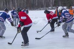 Männer ` s Teams konkurrieren in einem Teich-Hockey-Festival in Rangeley Stockbild