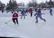Männer ` s Teams konkurrieren in einem Teich-Hockey-Festival in Rangeley Lizenzfreies Stockfoto