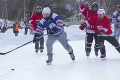 Männer ` s Teams konkurrieren in einem Teich-Hockey-Festival in Rangeley Lizenzfreies Stockbild