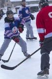 Männer ` s Teams konkurrieren in einem Teich-Hockey-Festival in Rangeley Stockbilder