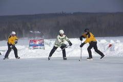 Männer ` s Teams konkurrieren in einem Teich-Hockey-Festival in Rangeley Stockfotografie