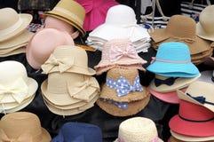 Männer ` s und Frauen ` s Hüte auf Anzeige im Dorf von Iseo auf Lizenzfreie Stockfotografie