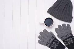 Männer ` s zufällige Ausstattungen Winters mit Kaffeetasse auf hölzernem Hintergrund lizenzfreies stockfoto