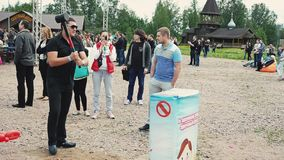 Männer stoßen mit voller Kraft auf empfindlichem aufblasbarem bereitstehen Schmiedehammer Sommerfestival stock video footage