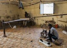 Männer in traditionellem spinnendem Haus Dorze Hayzo-Dorf Dorze Und lizenzfreie stockfotos