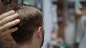 Männer trocknen ihr Haar nach einem Haarschnitt Männer ` s Friseursalon stock video footage