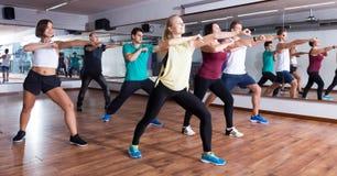 Männer und Damen, die zumba tanzen lizenzfreie stockfotografie