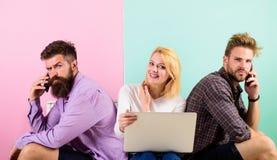 Männer und Frau haben Zugang zum Internet von überall Moderne Gesellschaft kann sich das Leben nicht ohne Internetanschluss vorst Lizenzfreie Stockbilder