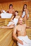 Männer und Frauen in der Sauna stockfotos