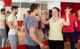 Männer und Frauen, die aktiven Tanz genießen stockbild