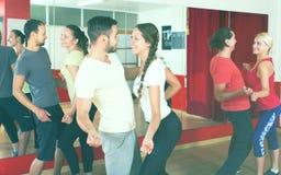 Männer und Frauen, die aktiven Tanz genießen lizenzfreie stockfotografie