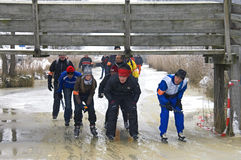 Männer und Frauen, die auf natürliches Eis, die Niederlande eislaufen Stockbild