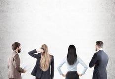 Männer und Frauen, die Betonmauer betrachten Stockfoto