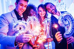 Männer und Frauen, die das neue Jahr 2019 feiern stockbilder